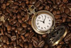 Grains de café avec la montre de poche de vintage Photos stock