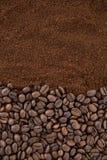 Grains de café avec la poudre rôtie de café Image libre de droits