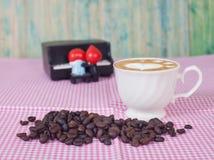 Grains de café avec la tasse de café Photographie stock