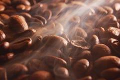 Grains de café avec la vapeur Images libres de droits
