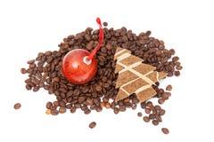 Grains de café avec le petit arbre de Noël Photographie stock libre de droits