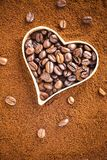 Grains de café avec un coeur Concept d'amour ou de passion Photos stock