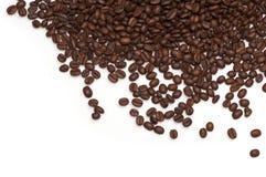 Grains de café bruns rôtis d'isolement sur le fond blanc Image libre de droits