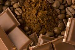 Grains de café, cafè moulu avec des bars de chocolat Image stock