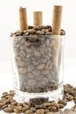 Grains de café, cannelle images stock