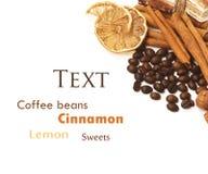 Grains de café, cannelle, citron et bonbons Photographie stock