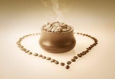 Grains de café chauds dans la tasse Image stock