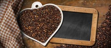 Grains de café - cuvette en forme de coeur - tableau noir Photos libres de droits