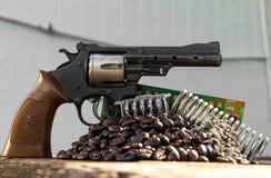 Grains de café d'arme à feu de jouet Photographie stock libre de droits