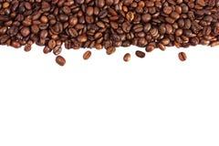 Grains de café d'isolement sur le fond blanc Photographie stock libre de droits