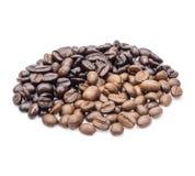 Grains de café D'isolement sur le fond blanc photos libres de droits