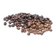Grains de café D'isolement sur le fond blanc images stock