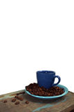 Grains de café d'un plat bleu photos libres de droits