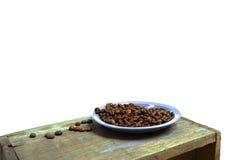 Grains de café d'un plat bleu photographie stock
