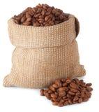 Grains de café dans l'isolat de sac Image libre de droits