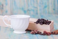 Grains de café dans la boîte Photo stock