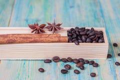 Grains de café dans la boîte Photographie stock