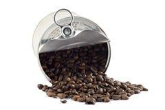 Grains de café dans la boîte en fer blanc d'isolement Image libre de droits