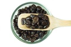 Grains de café dans la cuillère en bois Image libre de droits