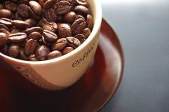 Grains de café dans la cuvette Photos libres de droits
