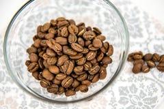 Grains de café dans la cuvette Images libres de droits
