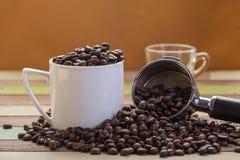 Grains de café dans la cuvette de café blanc Photo stock