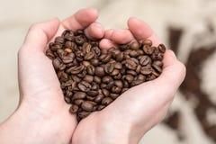 Grains de café dans la forme de coeur d'amour Photographie stock libre de droits