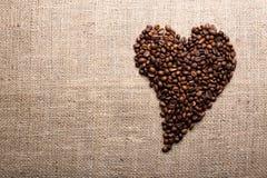 Grains de café dans la forme du coeur Photographie stock