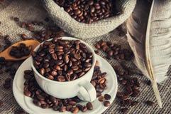 Grains de café dans la tasse blanche Image stock