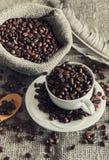 Grains de café dans la tasse blanche Photographie stock