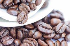 Grains de café dans la tasse de café Image libre de droits