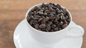Grains de café dans la tasse de café Photographie stock libre de droits