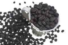 Grains de café dans la tasse de café Images libres de droits