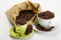 Grains de café dans le dishware Image libre de droits
