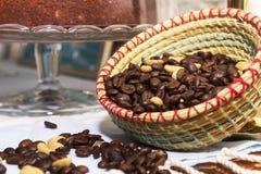 Grains de café dans le panier photos stock