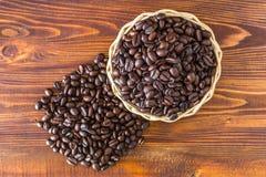 Grains de café dans le panier tissé de cuvette Photos libres de droits