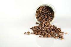 Grains de café dans le pot Photo stock