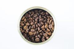 Grains de café dans le pot image stock