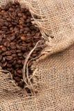 Grains de café dans le sac Image stock