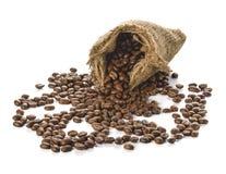 Grains de café dans le sac d'isolement sur le fond blanc Image libre de droits