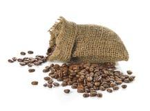 Grains de café dans le sac d'isolement sur le fond blanc Photographie stock libre de droits