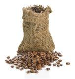 Grains de café dans le sac d'isolement sur le fond blanc Images libres de droits