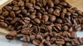 Grains de café dans le sac de papier Images libres de droits