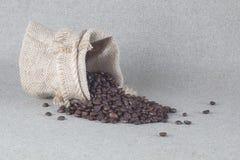 Grains de café dans le sac de toile de jute Image libre de droits