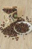 Grains de café dans les boîtes de paquet Image stock