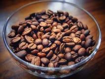Grains de café dans un bol en verre images libres de droits