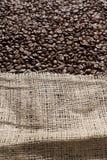 Grains de café dans un grand sac de toile image libre de droits