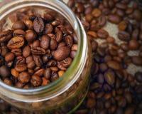 Grains de café dans un pot Photographie stock