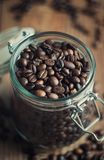 Grains de café dans un pot en verre Image stock