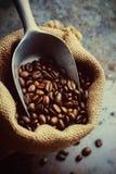 Grains de café dans un sac de toile Photo stock